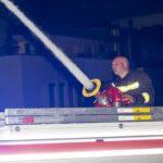 Erste Löschmaßnahmen mit Wasserwerfer (c) Dietmar Mathis